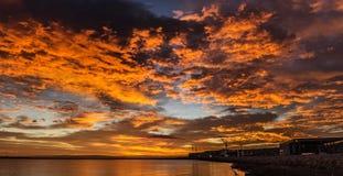 在海洋的五颜六色的日落 免版税库存照片