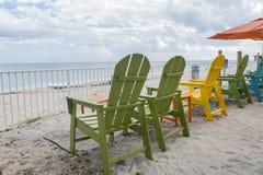 在海滩的五颜六色的木椅子在Vero海滩 免版税库存照片