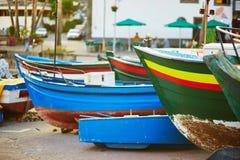 在海滩的五颜六色的渔船在Camara de罗伯斯,马德拉岛 库存图片