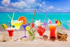 在海滩的五颜六色的热带鸡尾酒在白色沙子 库存照片