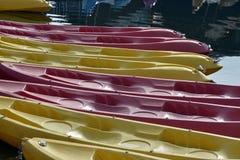 在海滩的五颜六色的皮船 库存图片