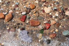 在海滩的五颜六色的石头 库存照片