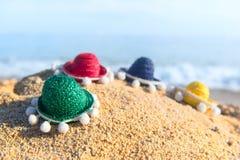 在海滩的五颜六色的秸杆阔边帽 图库摄影