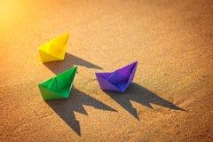 在海滩的五颜六色的纸小船 免版税图库摄影