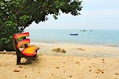 在海滩的五颜六色的长凳 免版税库存照片