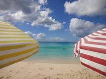 在海滩的五颜六色的阳伞 免版税库存图片