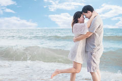 在海滩的亚洲夫妇 库存照片