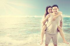 在海滩的亚洲夫妇 免版税库存照片