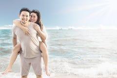在海滩的亚洲夫妇 库存图片