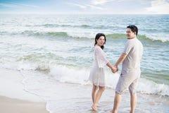 在海滩的亚洲夫妇 图库摄影