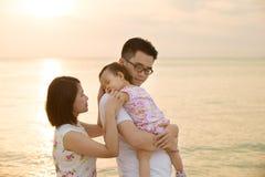 在海滩的亚洲家庭度假 免版税图库摄影