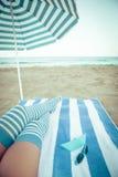 在海滩的亭亭玉立的妇女腿 库存照片