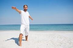 在海滩的人实践的战士2姿势 库存照片