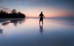 在海滩的人sihlleoutte 库存照片