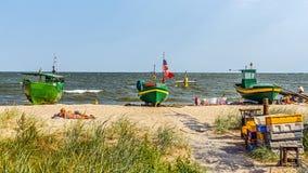 在海滩的人sunbath 免版税图库摄影