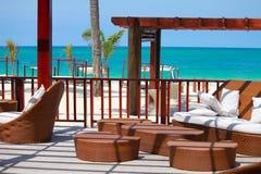 在海滩的休息室酒吧在迪拜,阿拉伯联合酋长国 图库摄影