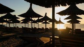 在海滩的伞在日出的Vama Veche 免版税库存照片