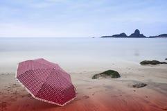 在海滩的伞 免版税图库摄影