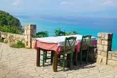 在海滩的传统希腊桌 库存照片