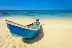 在海滩的传统泰国长尾巴小船在泰国 免版税库存图片