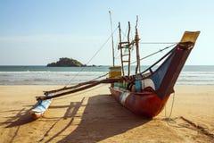 在海滩的传统渔船斯里兰卡 免版税库存图片