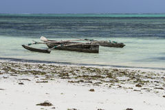 在海滩的传统渔船 库存图片