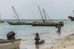 在海滩的传统渔船 免版税库存图片