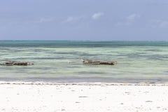 在海滩的传统渔船 库存照片