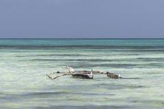 在海滩的传统渔船 免版税图库摄影