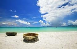 在海滩的传统越南小船 免版税库存照片