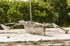 在海滩的传统非洲fishingboat 免版税库存图片