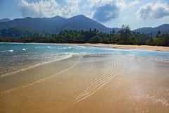 在海滩的低潮刁曼岛 免版税库存照片