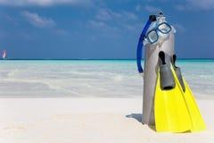 在海滩的佩戴水肺的潜水齿轮 库存图片