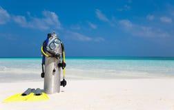 在海滩的佩戴水肺的潜水齿轮 免版税库存图片