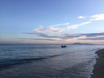 在海滩的偏僻的小船在日出在槟榔岛马来西亚 库存图片
