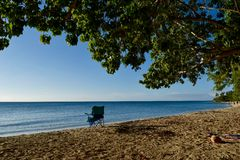 在海滩的偏僻的椅子 免版税库存图片