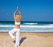在海滩的健康瑜伽锻炼 库存图片
