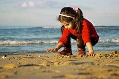 在海滩的儿童游戏 图库摄影