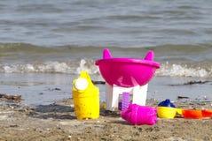 在海滩的儿童的玩具 库存照片