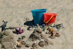 在海滩的儿童的玩具 库存图片