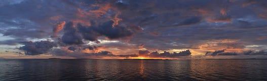 在海洋的全景日落 库存图片