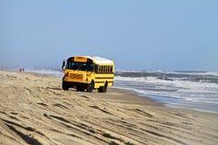 在海滩的公共汽车 库存图片
