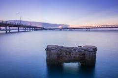 在海水的具体桥梁与日出 库存图片