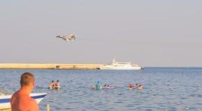 在海滩的军用飞机 图库摄影