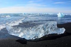 在海滩的冰块 免版税库存照片