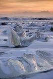 在海滩的冰山 图库摄影