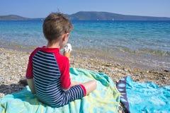 在海滩的冰淇凌 免版税库存照片