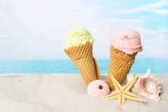 在海滩的冰淇凌 免版税库存图片