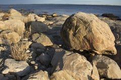在海滩的冰砾沿康涅狄格南部的海岸  免版税图库摄影