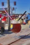 在海滩的冰茶 库存照片